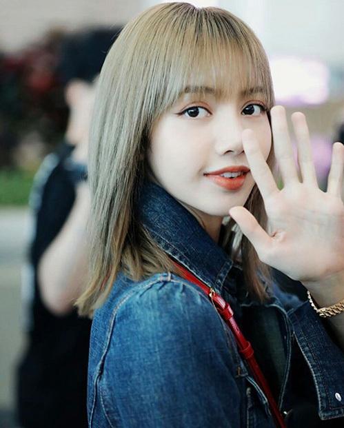 Lisa luôn cực kỳ thân thiện, vẫy chào người hâm mộ và phóng viên ở sân bay. Mỹ nhân nhà YG tự tin với nhan sắc ngay cả trong các bức ảnh chụp cận mặt.