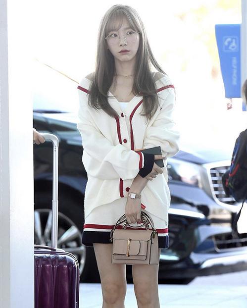 Tae Yeon đeo kính gọng tròn cute, diện set đồ của thương hiệu mixxmix.