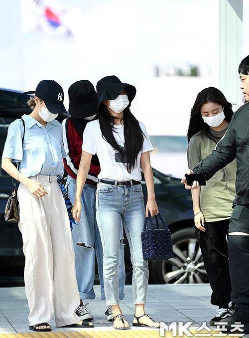 Các thành viên Mamamoo đều che chắn kín mít, diện đồ thoải mái khi ra sân bay. Nhóm lên đường sang Indonesia.
