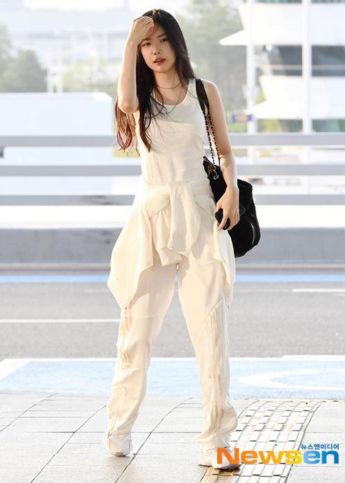 Na Eun là tín đồ trung thành của phong cách sporty chic, vừa thể thao, năng động lại vừa gợi cảm. Những bộ cánh này thường được nữ idol diện dạo phố hoặc ra sân bay.