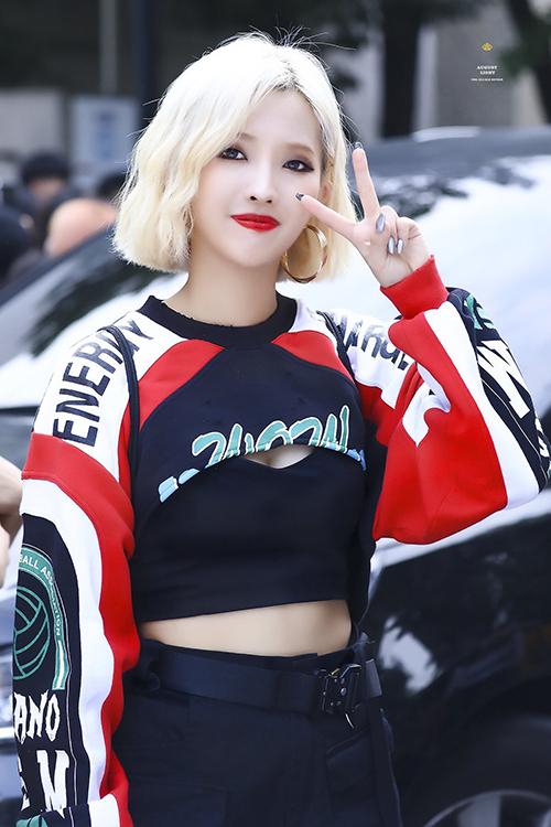 Màu tóc vàng bạch kim cùng lối trang điểm sắc sảo càng giúp trang phục sporty chic của cô nàng thêm nổi bật.