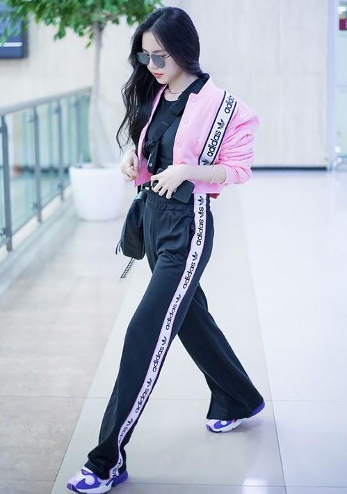 Với nguyên set đồ màu đen, thành viên Apinknhấn nhá áo khoác bomber hồng nổi bật, vừa nữ tính lại không làm mất đi nét sporty.