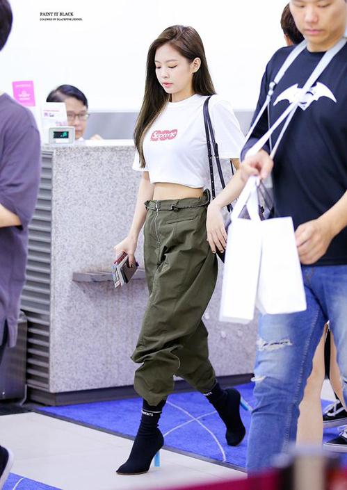 Với set đồ gồm boots cao gót đi cùng jogger bụi bặm, Jennie cực cá tính nhưng vẫn sexy.