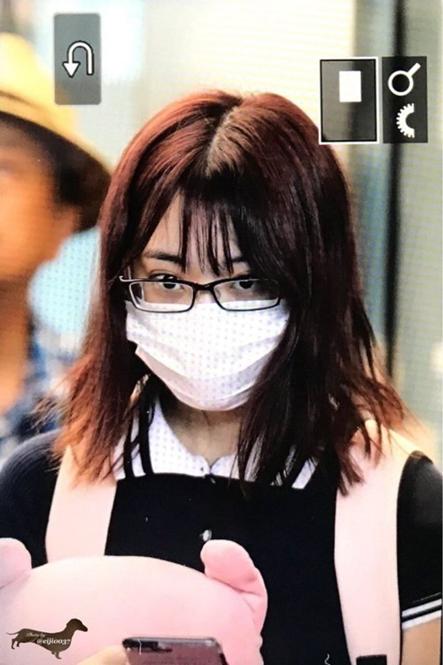 Thời còn là idol ở Nhật, Sakura hiếm khi trang điểm kỹ càng khi không lên sân khấu. Đôi lúc, nữ idol để nguyên đầu bết, đeo kính khi ra sân bay.