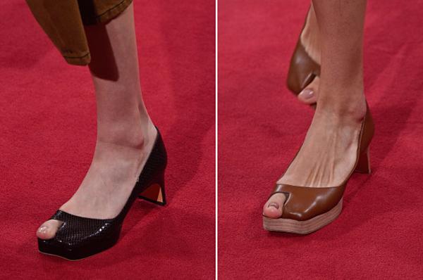 Đôi giày thủng ngón đang gây chú ý.
