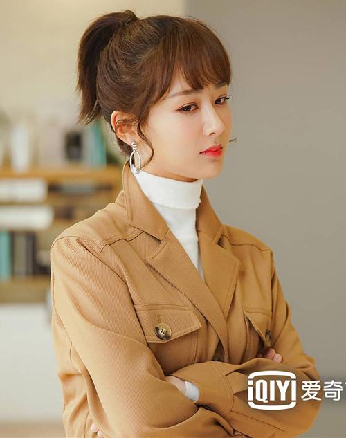 Trong những hình ảnh khác của bộ phim, khi trang điểm nhẹ nhàng với các tông son hồng tươi, Dương Tử trông trẻ trung, hút mắt hơn hẳn.