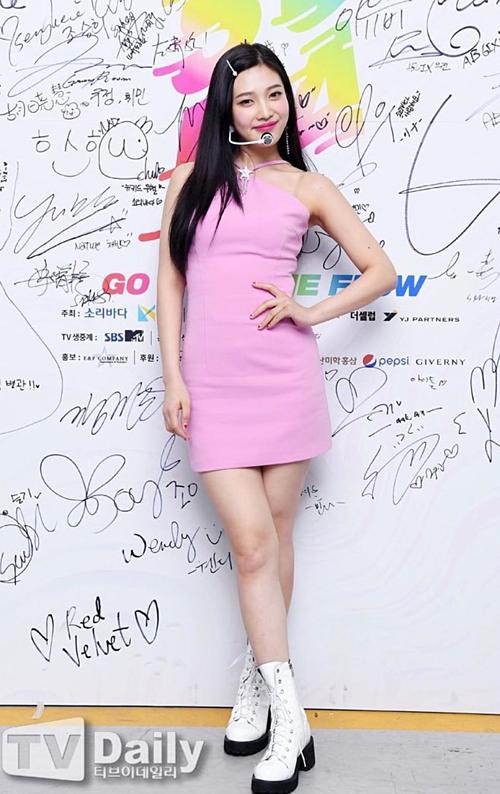 Thoát khỏi style sến súa khó hiểu trước kia, Red Velvet khiến fan hâm mộ ngất ngây trước phong cách ăn mặc hiện đại, hợp mốt. Gần đây, cả 5 cô gái đều được stylist chọn cho những đôi giày hầm hố, toát lên vẻ cá tính