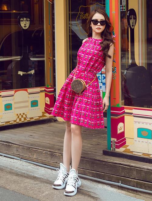 Trên đường phố Hàn Quốc, Sam thu hút sự chú ý với bộ váy hồng rực rỡ, phối cùng túi và giày của Louis Vuitton.