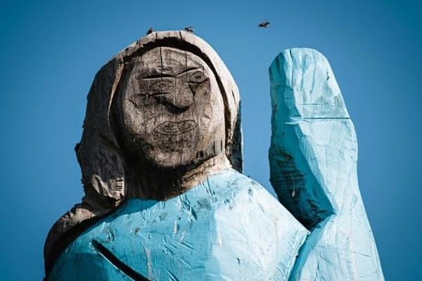 Phần thân trên bức tượng điêu khắc hình Melania.