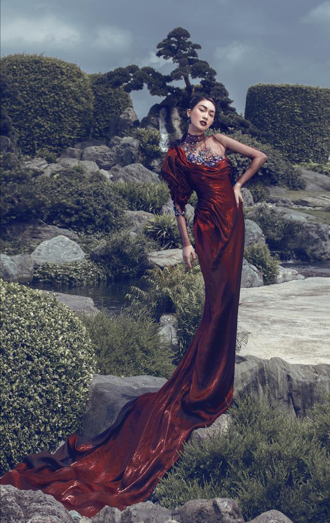 <p> NTK Phạm Phương Dung cũng tin tưởng chọn Coco Thùy Dung trong BST mới. Cô diện đầm dài đỏ đô lệch vai khoe dáng.</p>