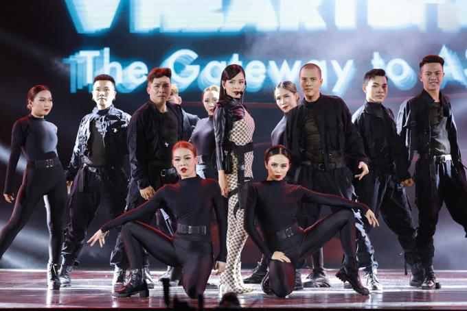 """<p> Sân khấu còn chào đón dàn sao Vpop.Chi Pu mạnh mẽ với """"Em nói anh rồi"""".</p>"""