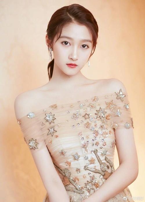 Quan Hiểu Đồng là diễn viên nhí nổi tiếng của làng giải trí Trung Quốc. Càng lớn, ngôi sao 9x càng xinh đẹp, sở hữu khí chất mong manh, sang trọng.