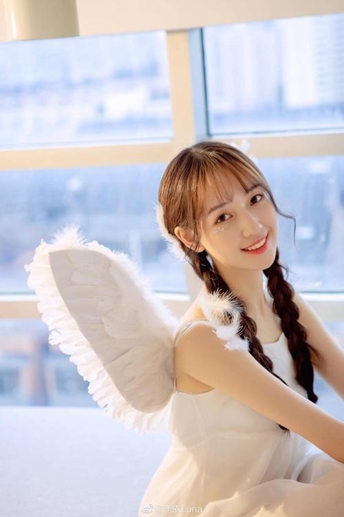 Luna có nhiều nét giống với diễn viên Park Shin Hye của Hàn Quốc, có nụ cười ngọt ngào.