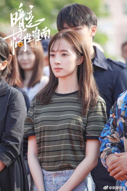 Gương mặt mộc của Hồ Băng Khanh rất trẻ trung, đường nét hài hòa. Nữ diễn viên nhìn trẻ hơn tuổi thật nên trông đẹp đôi bên Hồ Tinh Húc.