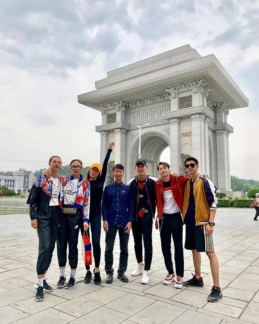 Dàn cast Cuộc đua kỳ thú chụp ảnh tại Triều Tiên.