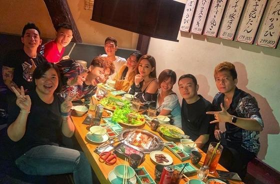 Ngô Kiến Huy cùng ekip Truyền thái y đi ăn mừng nhân dịp MV đạt 6 triệu views.