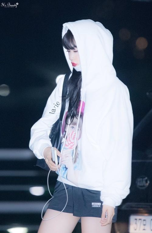Do Yeon có khuôn mặt và hình thể hợp với nghề người mẫu. Phong cách thời trang thu hút của cô nàng là chủ đề được bàn luận ở các diễn đàn Kpop.