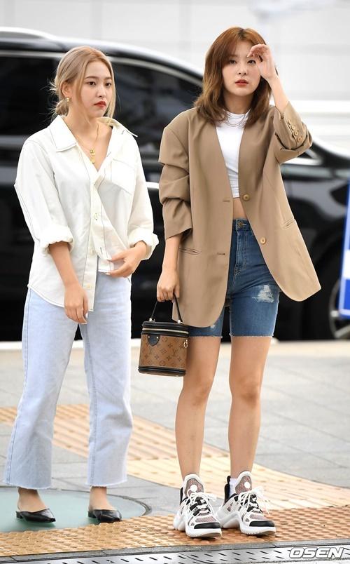 Seul Gi (bên phải) luôn là người có gu thời trang độc đáo, hình thể thu hút. Em út Yeri thường bị chê tỉ lệ cơ thể xấu, thường chọn đồ dáng rộng như trang phục bà bầu.