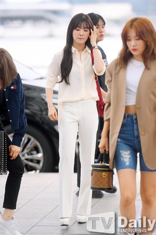 Set đồ trắng và giày cao gót giúp trưởng nhóm Red Velvet ăn gian chiều cao.