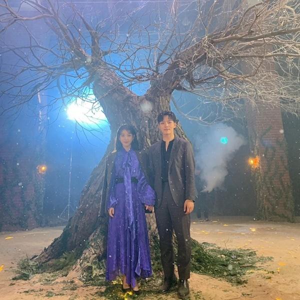 IU chia sẻ ảnh hậu trường lãng mạn với Yeo Jin Goo khi Hotel Del Luna kết thúc phát sóng.