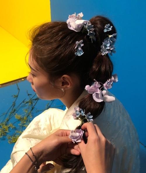 Chae Yeon (DIA) được tạo hình như tiên tử với mái tóc đính đầy hoa.