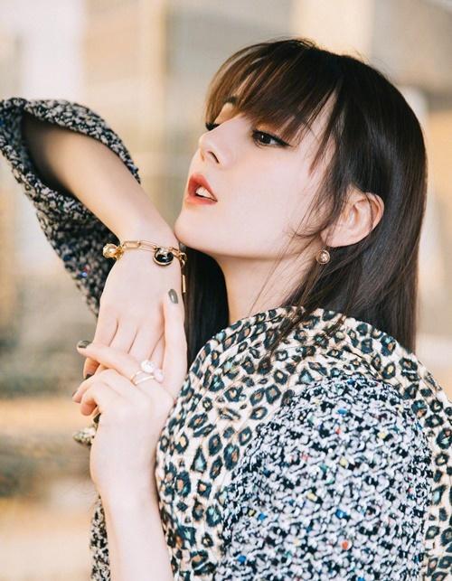 Nữ diễn viên 9x là cái tên hot trong làng giải trí Hoa ngữ, có lượng fan đông đảo. Cô sở hữu vẻ đẹp như con lai với đôi mắt sâu, sống mũi cao, đặc trưng của dân tộc Duy Ngô Nhĩ vùng Tân Cương.