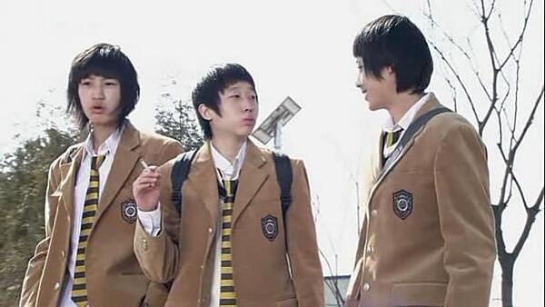 Ít khán giả nhận ra Chan Yeol là người đứng ngoài cùng bên trái trong một cảnh của  'Highkick on the Roof'.