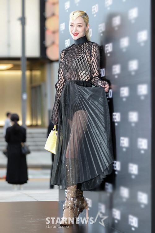 Trang phục của Sulli bị chê là quá khó hiểu, nặng nề. Cô nàng còn hồn nhiên xờ váy khá nhạy cảm. Dù là idol có nhiều scandal bậc nhất Kpop, Sulli luôn được các nhãn hàng ưu ái nhờ ngoại hình đệp, có sức ảnh hưởng đến thời trang xứ Hàn.