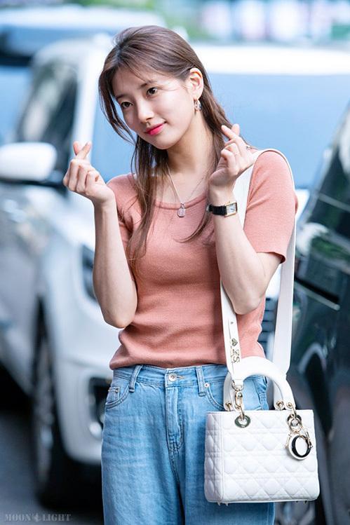 Suzy cũng là thần tượng mê mẩn style buộc nửa nhẹ nhàng, lại không tốn thời gian thực hiện.