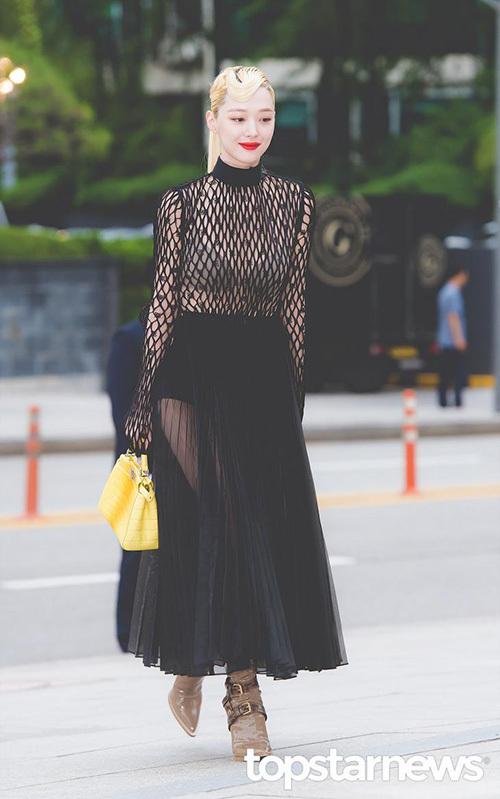 Chiều 3/9, nhiều ngôi sao đến tham dự buổi khai trương cửa hàng của thương hiệu Fendi. Sulli chính là nhân tố thu hút sự chú ý nhất khi diện một chiếc váy xuyên thấu tạo bạo.