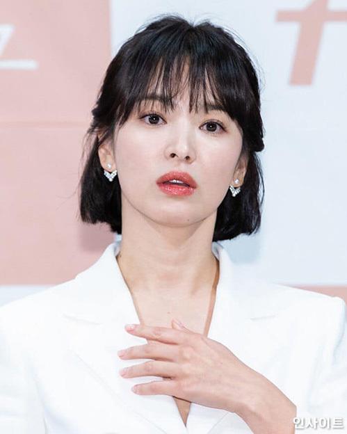 Song Hye Kyo là đại diện cho nhan sắc của Hàn Quốc. Nữ diễn viên luôn toát lên khí chất mong manh, nhẹ nhàng. Trong buổi họp báo phim Encounterm, Song Hye Kyo cắt tóc ngắn, để mái thưa và kiểu buộc sau để có ngoại hình trẻ trung hơn, sánh đôi bên bạn diễn kém tuổi Park Bo Gum.