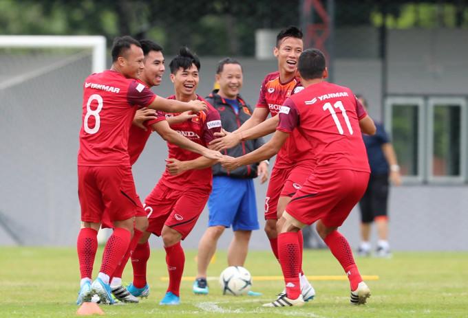 """<p> Chia sẻ về hàng thủ Thái Lan, Huy Hùng tiết lộ: """"Thái Lan có hàng tiền vệ rất mạnh. Đặc biệt, lần này họ có sự phục vụ của Chanathip Songkrasin. Thái Lan sẽ rất khác so với khi thua Việt Nam tại King's Cup. Chanathip là cầu thủ rất kỹ thuật, giữ bóng, đi bóng và đột phá tốt. Anh ta có thể tạo ra đột biến trong các trận đấu. Việt Nam sẽ phải rất tập trung khi đối đầu với cầu thủ này. Chúng tôi đã xem video về Chanathip, HLV Park Hang-seo cũng chuẩn bị các phương án. Tôi và các đồng đội sẽ phải cố gắng bắt chết cậu ấy trong trận đấu tới"""".</p> <p> Trận đấu giữa Thái Lan và Việt Nam diễn ra vào 19h ngày 5/9 trên sân vận động Đại học Thammasat.</p>"""