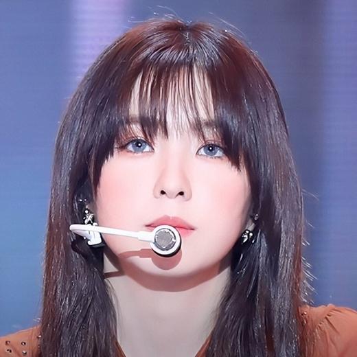 Irene được khen đẹp siêu thực khi đeo lens sáng màu