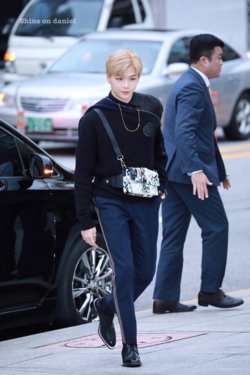 Kang Daniel có tỉ lệ cơ thể như người mẫu, sở hữu đôi chân dài và bờ vai rộng đầy nam tính.