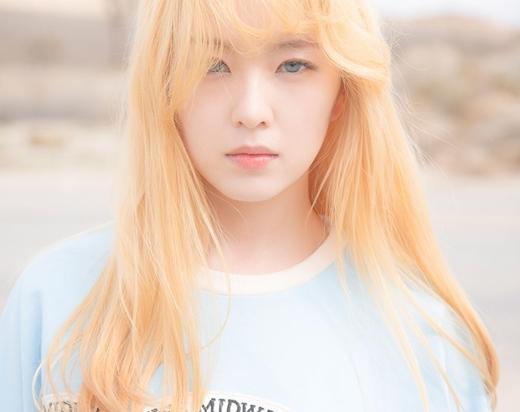 Các fan cho rằng Irene là một trong số ít những nữ idol hợp với lens sáng màu. Thời kỳ quảng bá Ice Cream Cake năm 2015, trưởng nhóm Red Velvet được gọi là công chúa tóc vàng mắt xanh nhờ visual