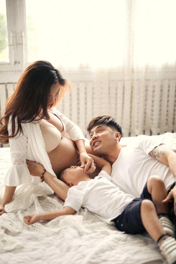 <p> Hai cha con Ưng Hoàng Phúc hạnh phúc bên Kim Cương.</p>