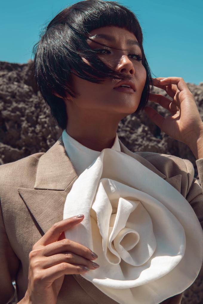 <p> Sự mềm mại của trang phục linen kết hợp cùng vẻ đẹp mạnh mẽ, cá tính của H'Hen Niê tạo nên sự đối lập thu hút.</p>