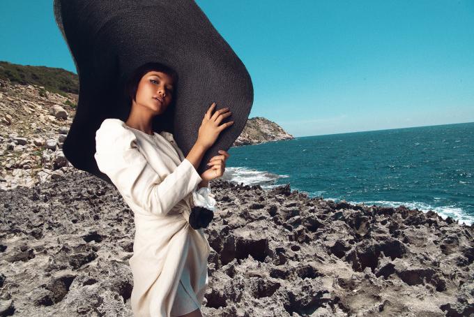 <p> Hoa hậu Hoàn vũ Việt Nam 2017 tạo những dáng lạ mắt với chiếc mũ cói khổng lồ.</p>