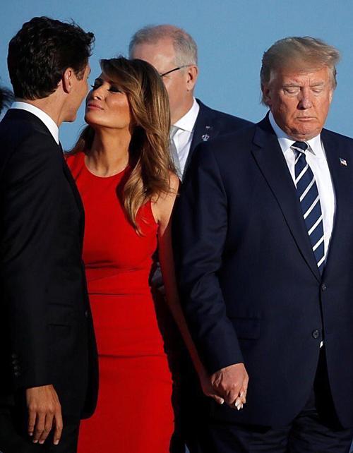 Justin Trudeau (ngoài cùng) và Melania Trump đứng cạnh Donald Trump ở Biarritz, Pháp.