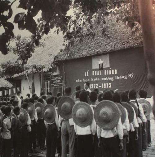 Buổi lễ khai giảng năm học 1972 - 1973 nêu cao tinh thần kiêng cường thắng Mỹ. Ảnh tư liệu