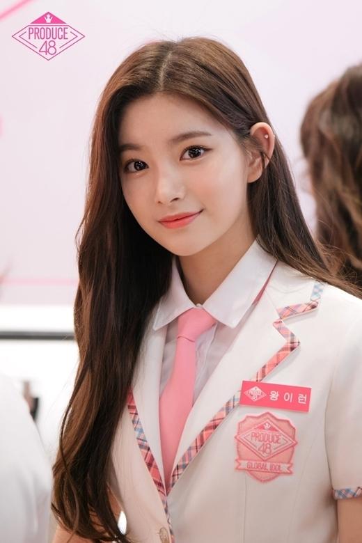 Wang Yi Ren bắt đầu thu hút sự chú ý từ khi tham gia Produce 48năm 2018. Thời điểm đó, cô nàng được bình chọn là thực tập sinhxinh đẹp nhất trong gần 100 thí sinh góp mặt trong chương trình.