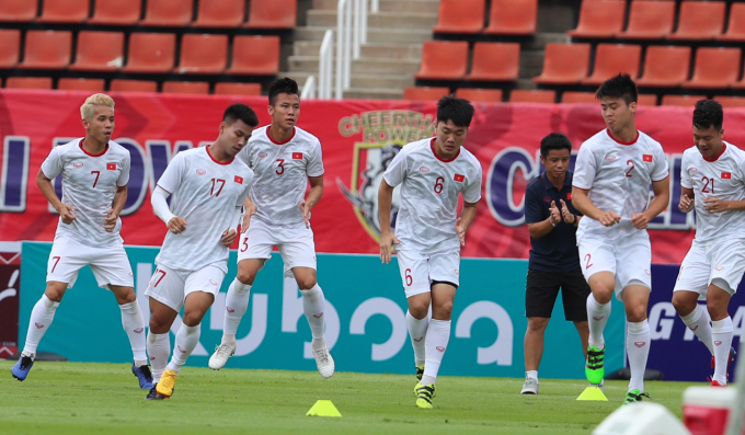 <p> Dàn tuyển thủ Việt Nam làm quen với sân tập. SânThammasat có sức chứa 25.000 chỗ ngồi, đáp ứng đủ điều kiện tổ chức trận đấu theo tiêu chuẩn FIFA.</p>