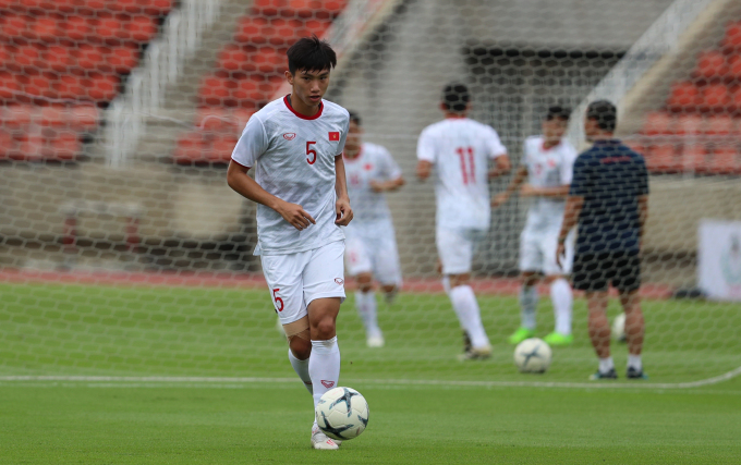 <p> Văn Hậu tham gia tập luyện trong buổi tập chung. Hậu vệ 20 tuổi vừa trở về từ Hà Lan sau buổi ký kết hợp đồng với CLB SC Heerenveen</p>