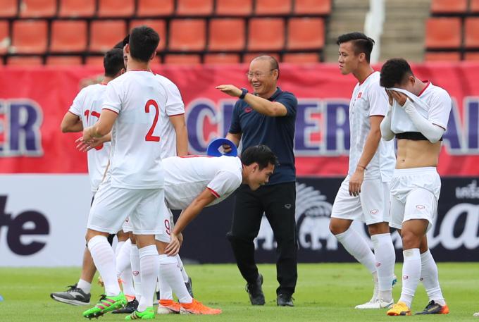 <p> Ông Park vui vẻ cười đùa cùng học trò.</p>