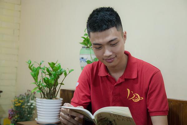 Ngoài say mê với Vật lý, Hoàng Hưng còn rất thích đọc các tác phẩm văn học Việt Nam.
