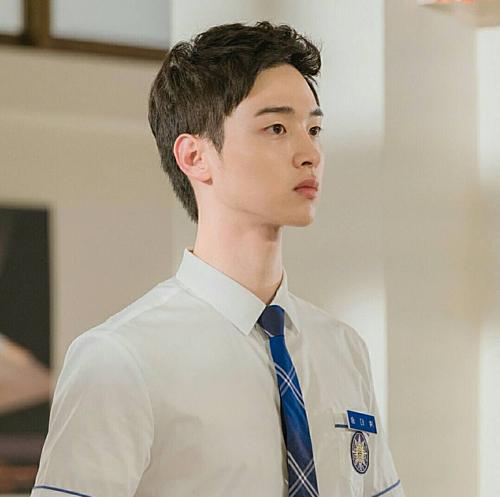 Gương mặt nam tính của Jang Dong Yoon.