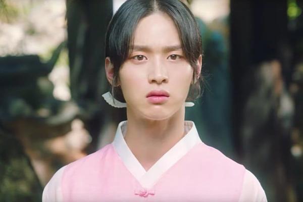 Tạo hình giả gái xinh như hoa của Jang Dong Yoon.