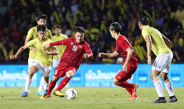 Truyền thông Thái Lan thống kê lịch sử đối đầu của hai đội bóng, trong đó hình ảnh Công Phượng (áo đỏ)đại diện cho Việt Nam.