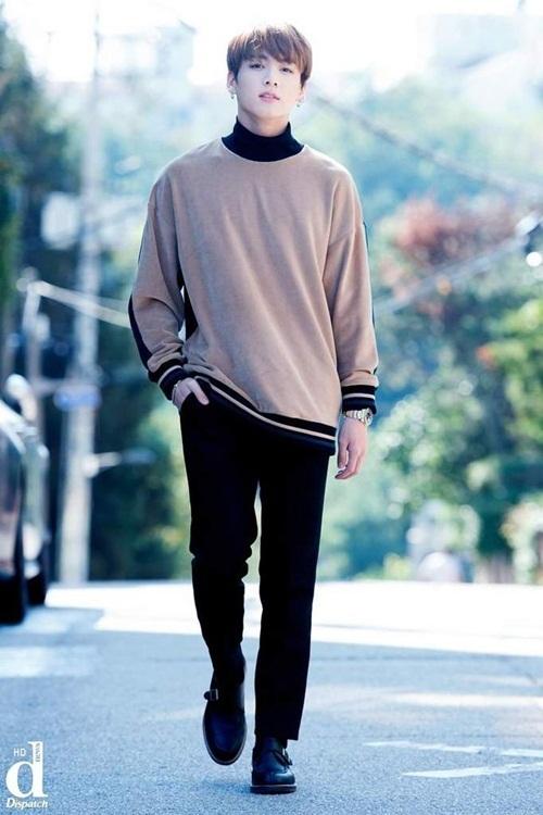 Jung Kook đi ngoài đường mà như đang bước trên sàn catwalk.