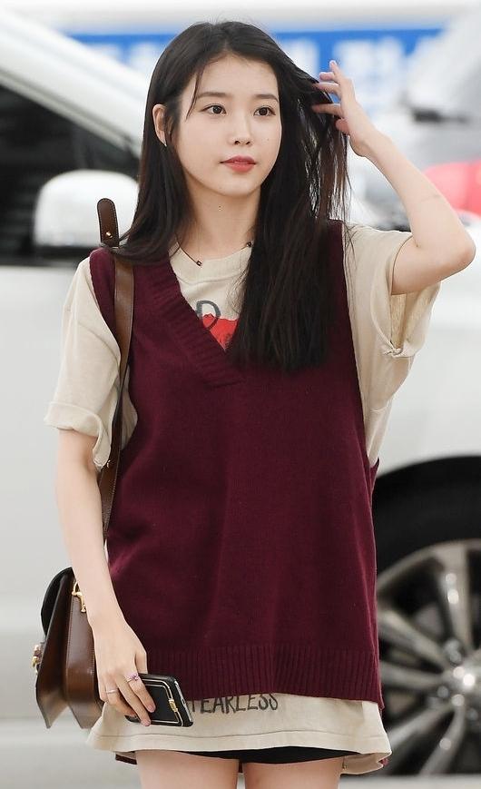 IU gây sốt với diện mạo nữ sinh trung học tại sân bay - 2